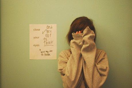 她流眼泪是因为感觉疼痛